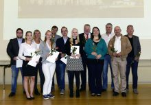 Der Vizepräsident für Finanzen und Personal, Dr. Holger Schroeter (5. von rechts), freut sich mit den geehrten Auszubildenden und ihren Ausbildungsleitern.