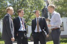 Wilhelmsplatz - Oliver Helling@web.de (schwarz-goldene Krawatte), clemens.beyer@gmx.de (mit Einstecktuch), Benlamin.Kursatzky@web.de (rote Krawatte) und Philipp Schulze-Holzweißig (im Hemd/ philipp.sc-ho@gmx.de)