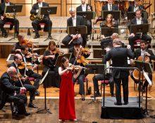Das Göttinger Symphonie Orchester hat am Montagabend in der Göttinger Stadthalle rund 900 Universitätsangehörige, Alumni und Studierende der Universität Göttingen begeistert. Bei den Werken von Lars-Erik Larsson, Maurice Ravel und Pjotr Iljitsch Tschaikowsky wirkten als Solisten ausgewählte Absolventen mit, die am Beginn ihrer Karriere stehen.