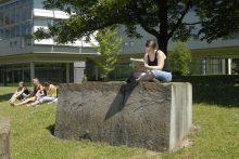 vor der neuen SUB: Sonja Speidel (SKN185@aol.com) bereitet sich auf ein Refrat in der Archäologie vor)